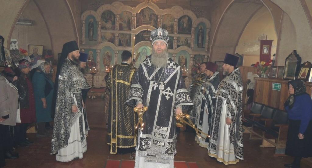 Божественная литургия Преждеосвященных Даров в храме Трёх святителей.