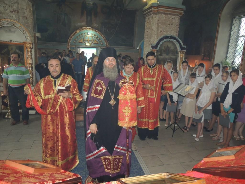 Божественная литургия в Покровском кафедральном соборе.