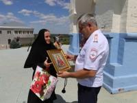 Сестры Усть-Медведицкого Спасо-Преображенского женского монастыря поздравили всех сотрудников ГИБДД.
