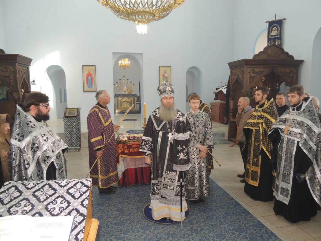 В Великую Пятницу епископ Елисей совершил вечерню с выносом Святой Плащаницы Спасителя в Покровском кафедральном соборе.
