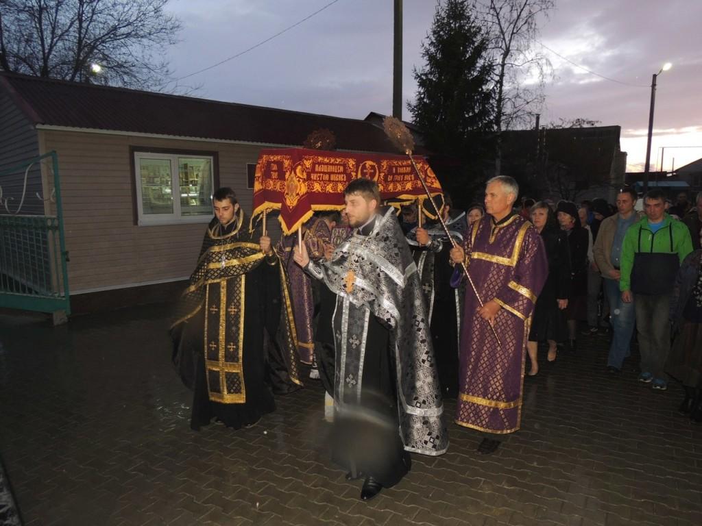 Епископ Елисей совершил утреню Великой Субботы с чином погребения плащаницы в Покровском соборе г. Урюпинска.
