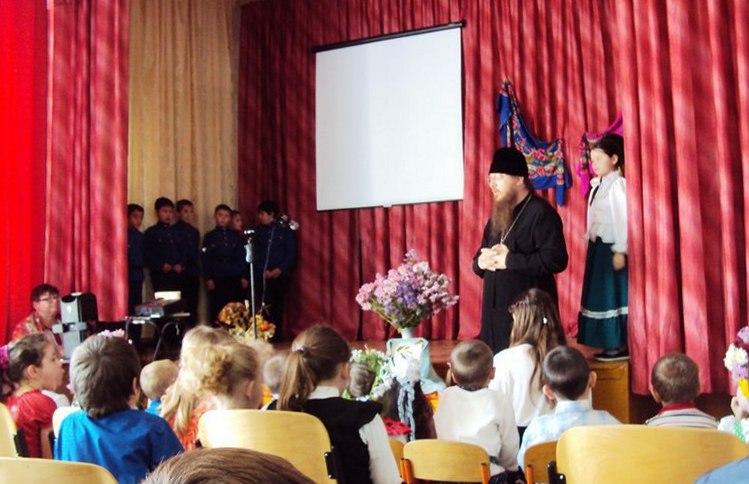 В Безымянской школе отпраздновали Покров Пресвятой Богородицы. - Урюпинская епархия