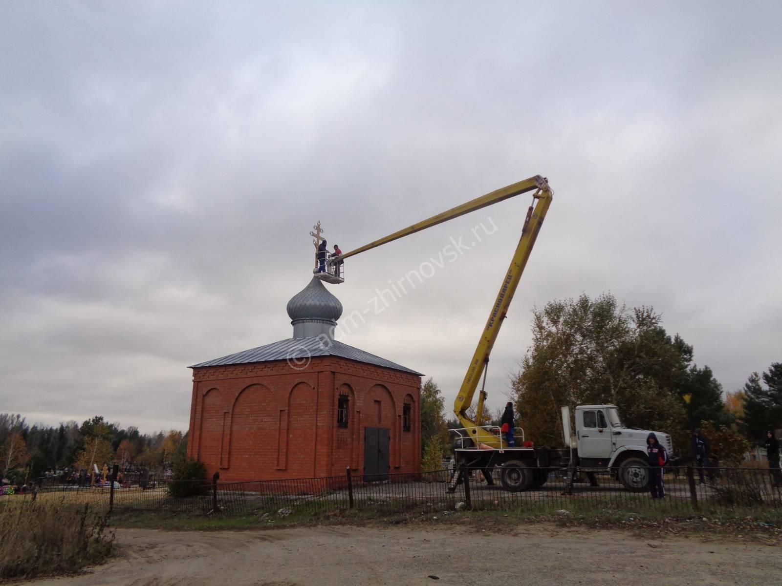Установлен крест на куполе кладбищенской часовни в г. Жирновск. - Урюпинская епархия