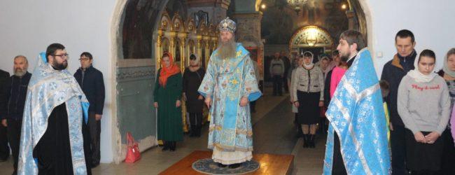 Вечерня с чтением акафиста иконы Божией Матери Урюпинской в Покровском кафедральном соборе.