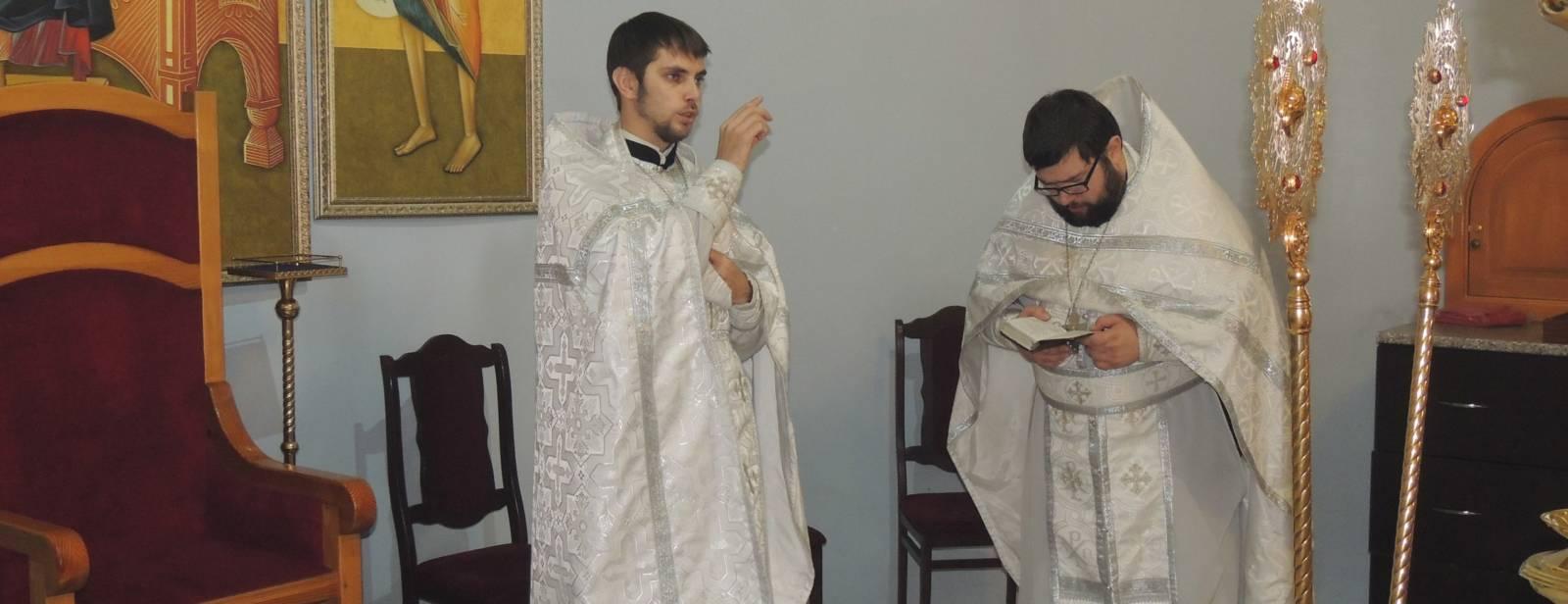 Божественная литургия и Великая вечерня с чтением паримий в Покровском кафедральном соборе.