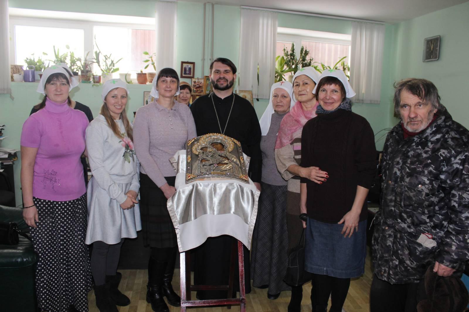 Сестры милосердия помолились о здравии старшей сестры.
