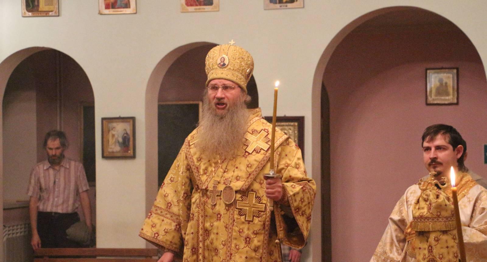 Вечернее богослужение в Свято-Троицком Каменно-Бродском мужском монастыре.