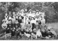 Учителя и учащиеся фроловских школ со священниками. Фото начала XX века