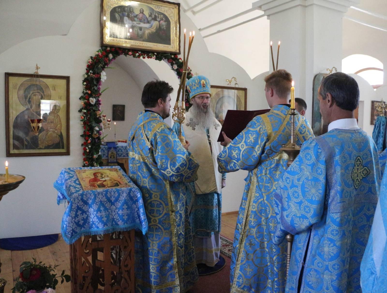 В День празднования Смоленской иконы Божией Матери, именуемой «Одигитрия».