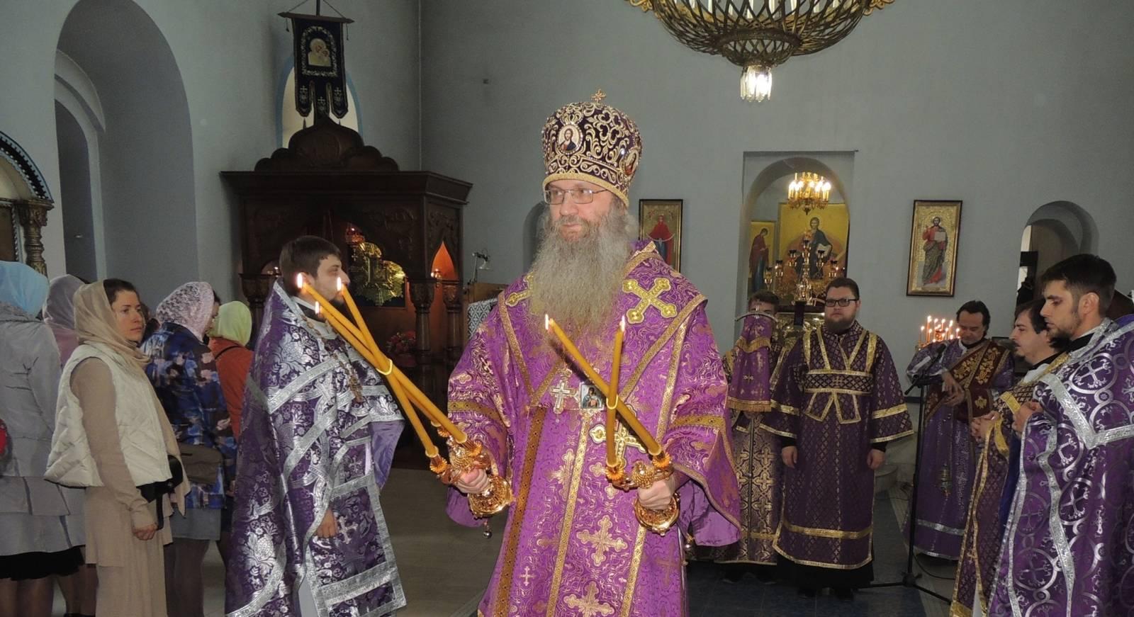 Вечерня с чтением 15 паримий и Литургия св. Василия Великого.