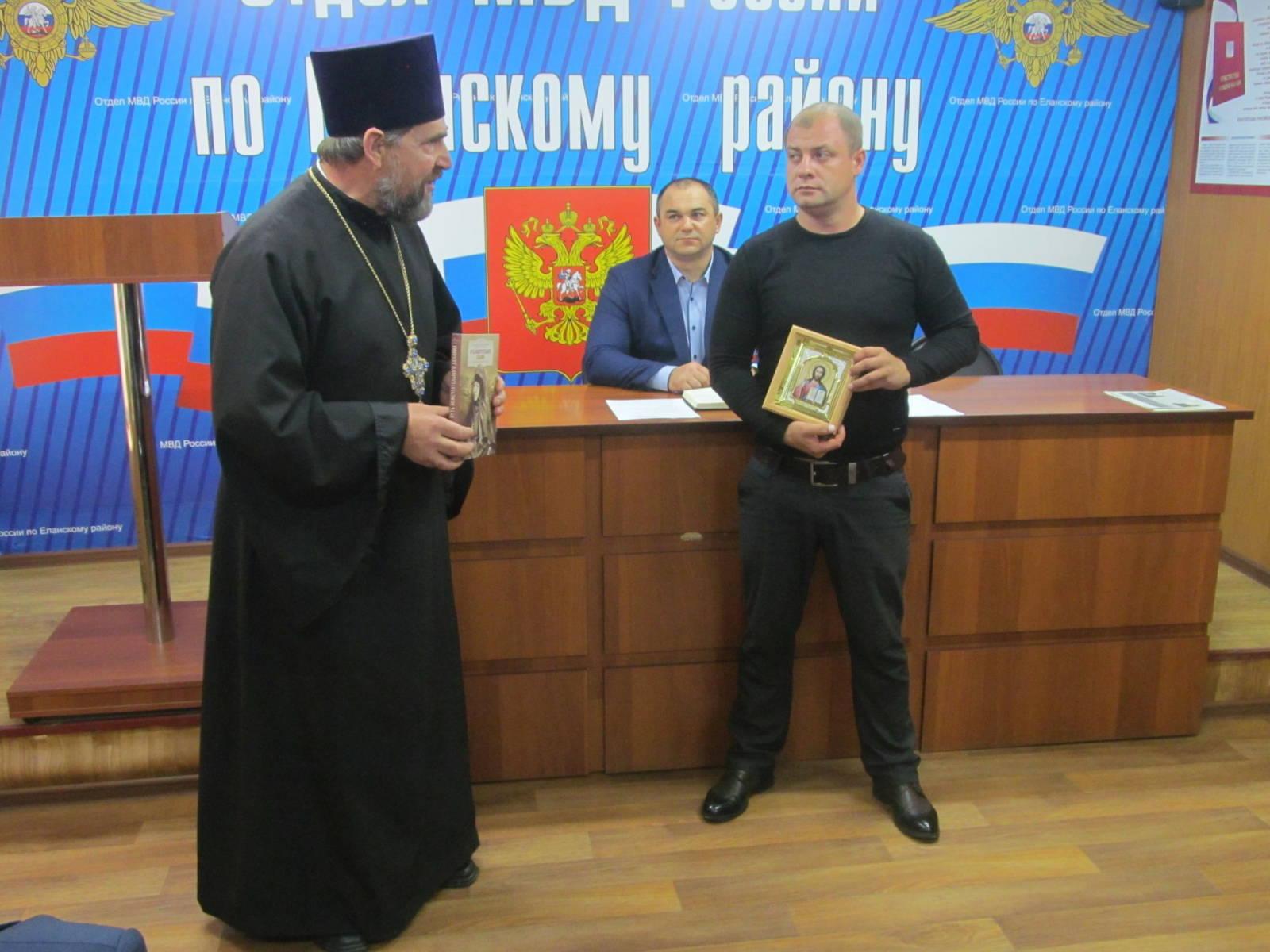 Священник поздравил сотрудников угрозыска